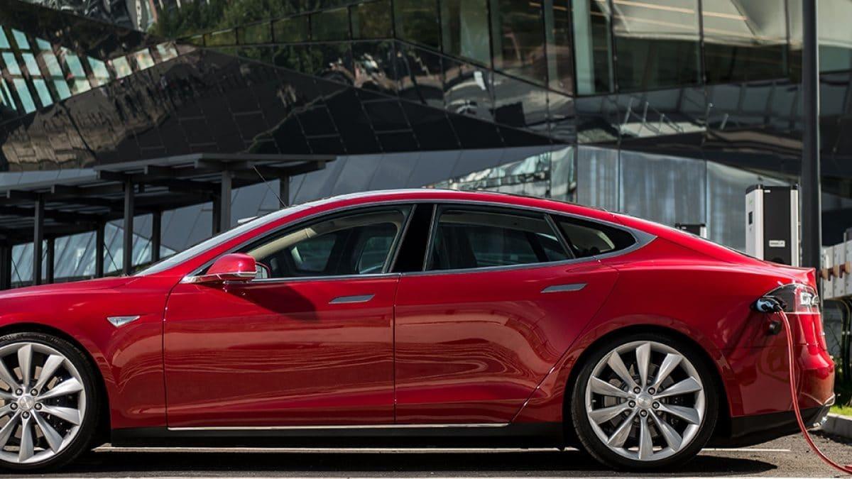 Tesla akku leer