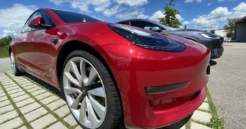 Tesla Model 3 rot