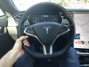 Tesla Autopilot Hand am Lenkrad