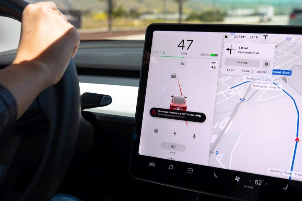 Tesla Spurhaltekorrektur und Notfall-Spurhaltekorrektur