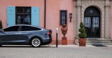 Tesla Elektroauto Hotel Ladestation