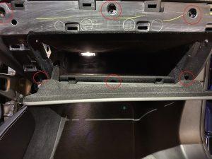 Model S Handschuhfach ausbauen