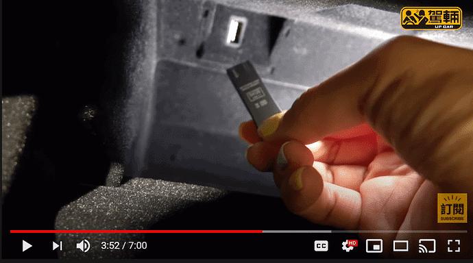 Dashcam/Wächtermodus USB-Stick mit  USB Anschluss im via PIN abschliessbaren Handschuhfach.
