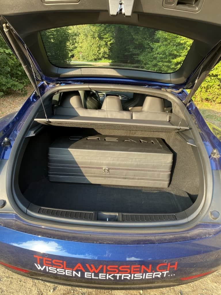 Dreamcase im Kofferraum des Model S